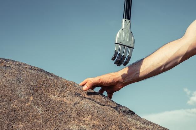 Концепция кибер коммуникации на синем фоне. мужской робот и человек, взявшись за руки с рукопожатием.