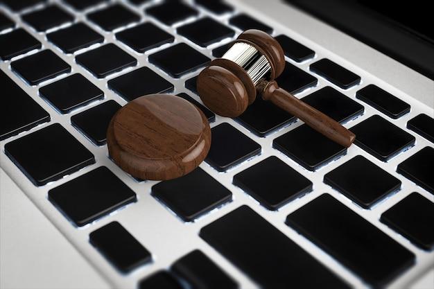 コンピューターのキーボードで3dレンダリングガベル裁判官とサイバー法の概念