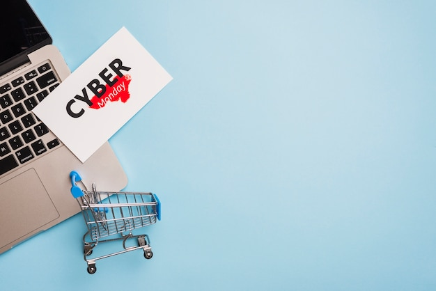 Ноутбук рядом с тегом с названием cyber monday