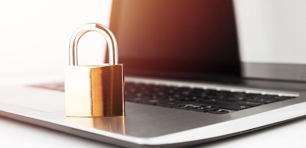 사이버 안전 개념. 노트북 컴퓨터 키보드에 잠급니다.