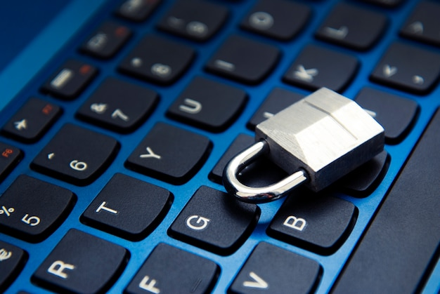 사이버 안전, 노트북 키보드의 자물쇠. 인터넷 중독.