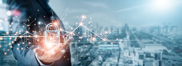 사이버 보안 및 데이터 보호 사업가는 비즈니스 및 금융 데이터를 보호하는 자물쇠를 잡고 있습니다.
