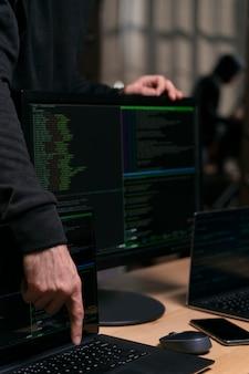 コンピューターのクローズアップとサイバーセキュリティの概念