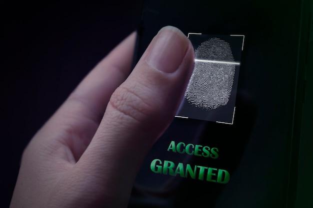 사이버 보안 인터넷 및 네트워킹 개념입니다. vr 화면 자물쇠 아이콘 휴대 전화 디지털 id 스캐너로 작업하는 손. 비즈니스, 기술, 인터넷 및 네트워크 개념입니다.
