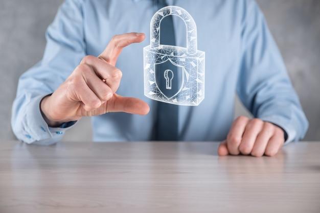 サイバーセキュリティネットワーク。仮想インターフェイス上のデータ個人情報を保護するビジネスマン。データ保護プライバシーの概念。
