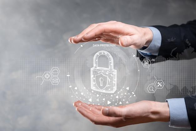 サイバーセキュリティネットワーク。仮想インターフェイス上のデータ個人情報を保護するビジネスマン。