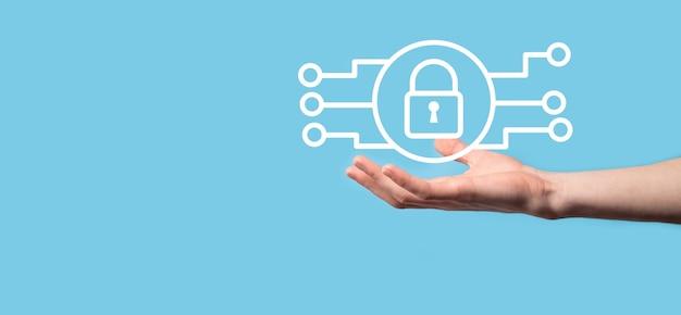 Сеть кибербезопасности. значок замка и сети интернет-технологий. бизнесмен защиты данных личной информации на планшете и виртуальном интерфейсе. концепция конфиденциальности защиты данных. gdpr. ес