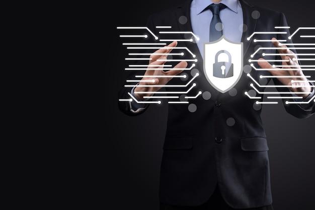 사이버 보안 네트워크입니다. 자물쇠 아이콘 및 인터넷 기술 네트워킹입니다. 태블릿 및 가상 인터페이스에서 데이터 개인 정보를 보호하는 사업가입니다. 데이터 보호 개인 정보 보호 개념입니다. gdpr. 유럽 연합