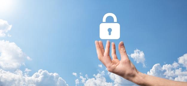 사이버 보안 네트워크입니다. 자물쇠 아이콘 및 인터넷 기술 네트워킹입니다. 태블릿 및 가상 인터페이스에서 데이터 개인 정보를 보호하는 사업가입니다. 데이터 보호 개인 정보 보호 개념입니다. gdpr. 유럽 연합.
