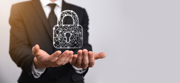 Сеть кибербезопасности. значок замка и сети интернет-технологий. бизнесмен защиты данных личной информации на планшете и виртуальном интерфейсе. концепция конфиденциальности защиты данных. gdpr. ес.