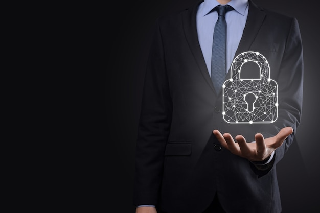 Сеть кибербезопасности. значок замка и сети интернет-технологий. бизнесмен, защищающий данные личной информации на планшете и виртуальном интерфейсе. концепция конфиденциальности защиты данных. gdpr. европа.