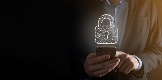 사이버 보안 네트워크. 자물쇠 아이콘 및 인터넷 기술 네트워킹. 태블릿 및 가상 인터페이스에서 데이터 개인 정보를 보호하는 사업. 데이터 보호 개인 정보 보호 개념. gdpr. 유럽 연합.