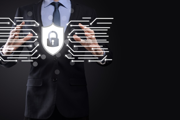 Сеть кибербезопасности. значок замка и сети интернет-технологий. бизнесмен защиты данных личной информации на планшете и виртуальном интерфейсе. концепция конфиденциальности защиты данных. gdpr. евросоюз