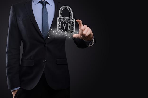 Сеть кибербезопасности. значок замка и сети интернет-технологий. бизнесмен защиты данных личной информации на планшете и виртуальном интерфейсе. концепция конфиденциальности защиты данных. gdpr. евросоюз.