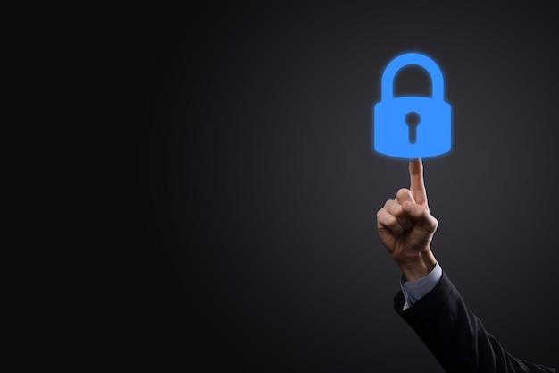 Сеть кибербезопасности. значок замка и сети интернет-технологий. бизнесмен защиты данных личной информации на планшете и виртуальном интерфейсе. концепция конфиденциальности защиты данных. gdpr. европа.