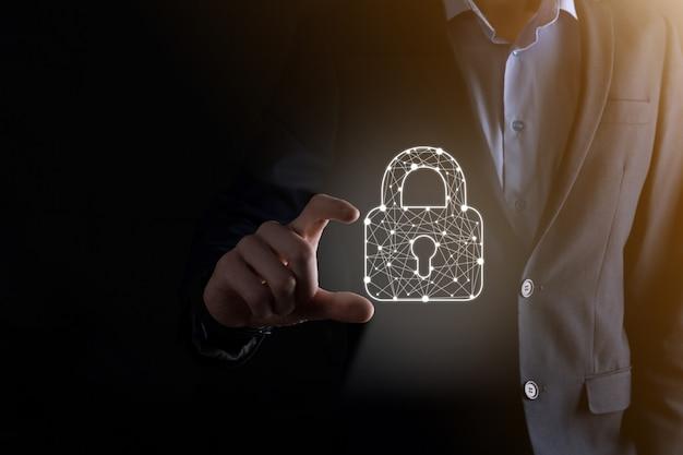 サイバーセキュリティネットワーク。南京錠のアイコンとインターネット技術ネットワーク。タブレットと仮想インターフェイス上のデータ個人情報を保護するビジネスマン。データ保護プライバシーの概念。 gdpr。