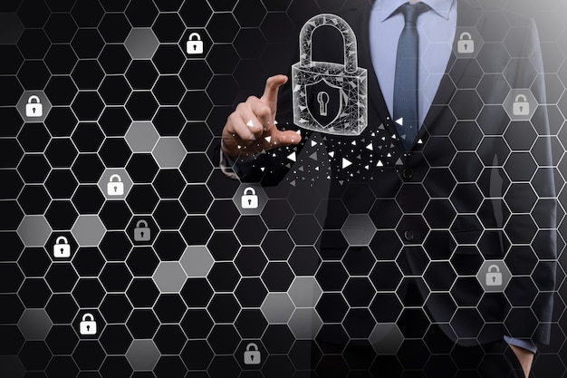 サイバーセキュリティネットワーク。南京錠のアイコンとインターネット技術ネットワーク。タブレットと仮想インターフェイス上のデータ個人情報を保護するビジネスマン。データ保護プライバシーの概念