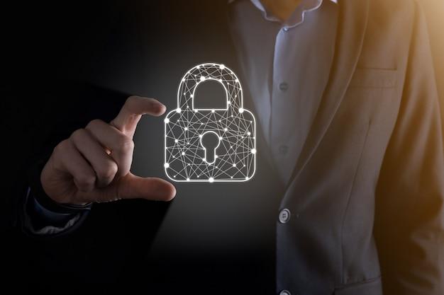 Сеть кибербезопасности. значок замка и сети интернет-технологий. бизнесмен защиты данных личной информации на планшете и виртуальном интерфейсе. концепция конфиденциальности защиты данных