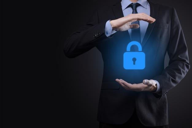 Сеть кибербезопасности. значок замка и сети интернет-технологий. бизнесмен защиты данных личной информации на виртуальном интерфейсе. концепция конфиденциальности защиты данных. gdpr. европа.