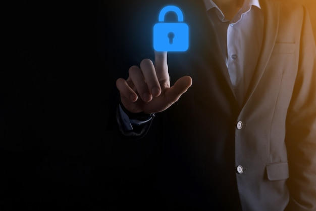 Сеть кибербезопасности. значок замка и сети интернет-технологий. бизнесмен, защищающий данные личной информации на виртуальном интерфейсе. концепция конфиденциальности защиты данных. gdpr. евросоюз.