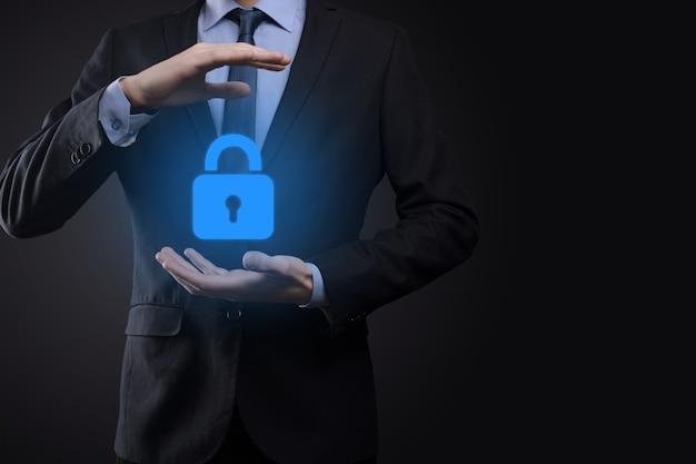 サイバー セキュリティ ネットワーク。南京錠のアイコンとインターネット技術のネットワーク。仮想インターフェイスでデータの個人情報を保護するビジネスマン。データ保護プライバシーのコンセプト。 gdpr。 eu。