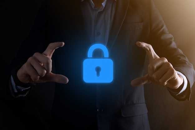 サイバーセキュリティネットワーク。南京錠のアイコンとインターネット技術ネットワーク。仮想インターフェイス上のデータ個人情報を保護するビジネスマン。データ保護プライバシー