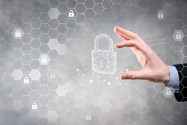 サイバーセキュリティネットワーク。南京錠のアイコンとインターネット技術ネットワーク Premium写真