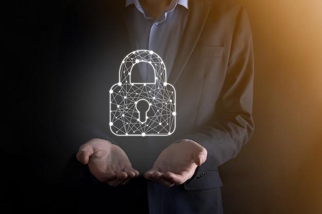 サイバーセキュリティネットワーク。南京錠のシンボルとインターネット技術のネットワーキング。タブレットと仮想インターフェイス上のデータ個人情報を保護するビジネスマン。データ保護プライバシーの概念。 gdpr。 eu。