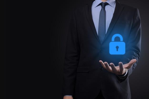 Сеть кибербезопасности. символ замка и сети интернет-технологий. бизнесмен, защищающий данные личной информации на виртуальном интерфейсе. концепция конфиденциальности защиты данных. gdpr. евросоюз.