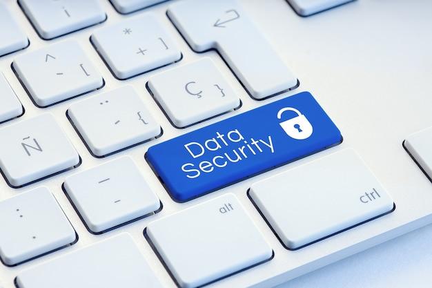 Слово кибербезопасности и значок замка на синей компьютерной клавиатуре