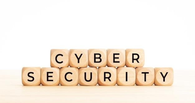 Слова кибербезопасности на деревянном блоке. скопируйте пространство. белый фон