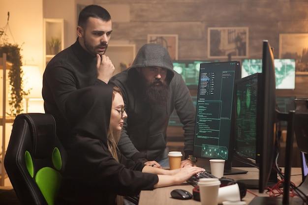 Кибер-террорист помогает женщине-хакеру взломать сервер уязвимого правительства.