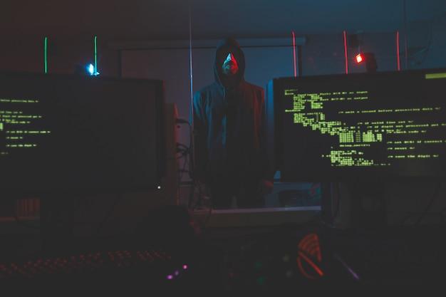 Кибер-террорист в компьютерной комнате
