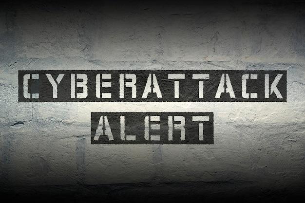 그라디언트 효과가있는 그런 지 벽돌 벽에 cyberattack 경고 스텐실 인쇄