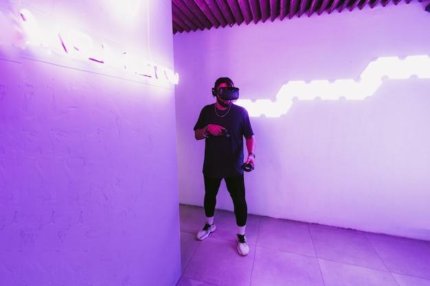 サイバーパンクスタイルのネオンとデジタルワールド
