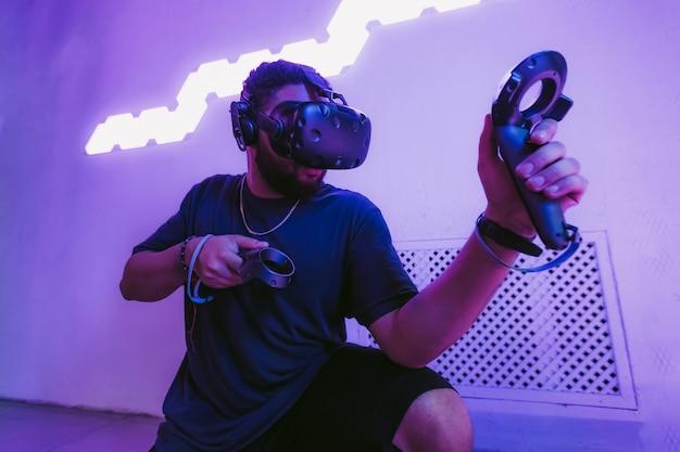 サイバーパンクスタイルのネオンとデジタルの世界