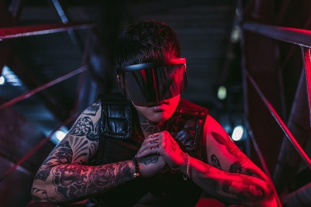 사이버 펑크 스타일. 한 도시에서 문신을 한 남자. 사이버 펑크 안경. 공상.