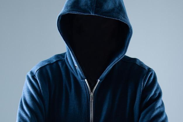 Кибербезопасность, компьютерный хакер с капюшоном