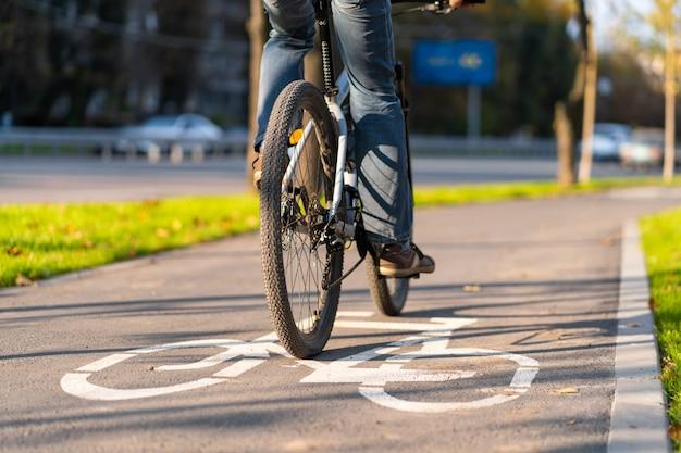 都市公園の自転車道。道路上の自転車の看板。