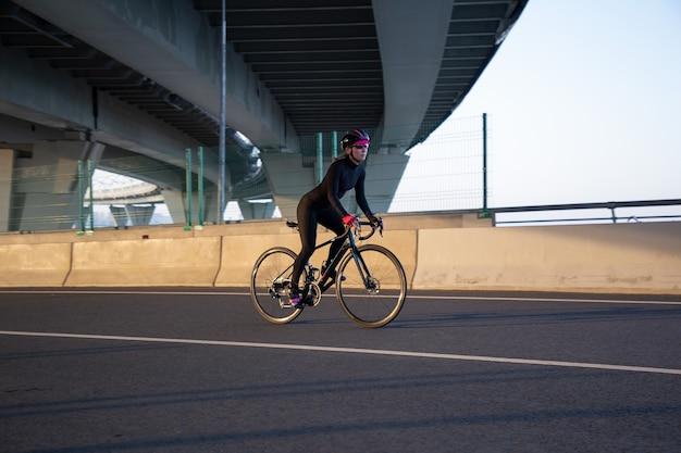 美しい夕日の下で街をサイクリング