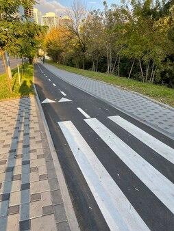 Велосипедная дорожка с пешеходным переходом на тротуаре