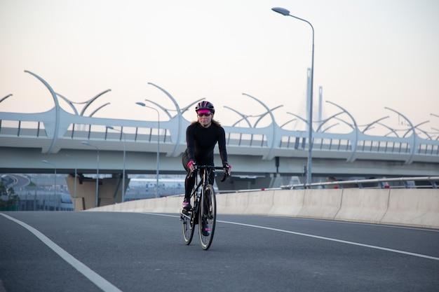 Езда на велосипеде по городской улице