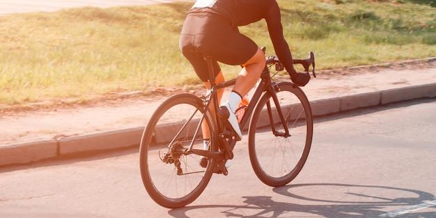 サイクリング。サイクリストは市内を高速で乗ります。参加者