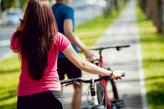 若いカップルのサイクリング。