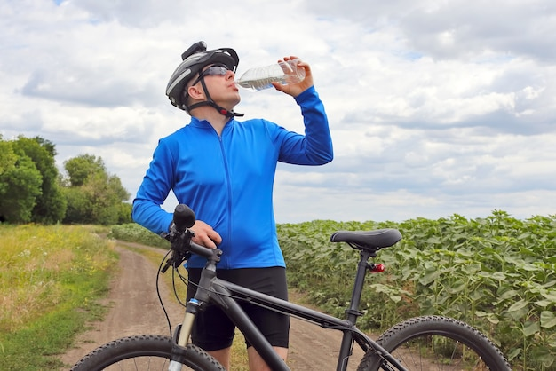 사이클리스트는 물을 마신다 프리미엄 사진