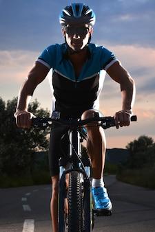 自転車に乗るマウンテンバイクの孤独な道