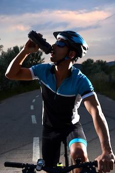 외로운도 따라 자전거를 타고 자전거