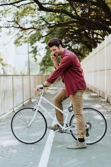 Велосипедист в парке