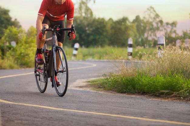 일몰 시간에 야외에서 자전거 타는 사람