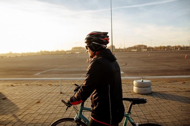 자전거에 검은 옷과 헬멧 열차의 사이클